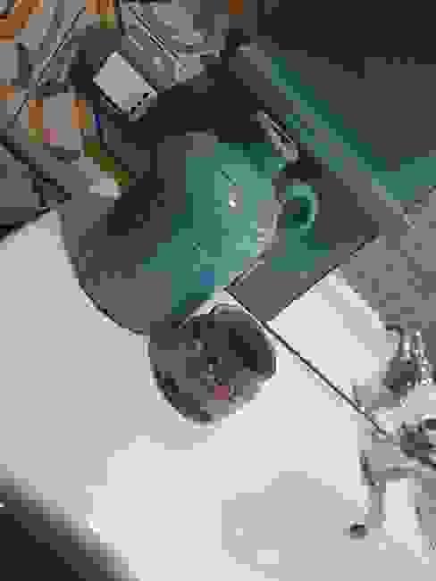 ...e se gli accessori non si intonano basta dipingerli! Mobili a Colori Bagno in stile mediterraneo Ceramica Turchese