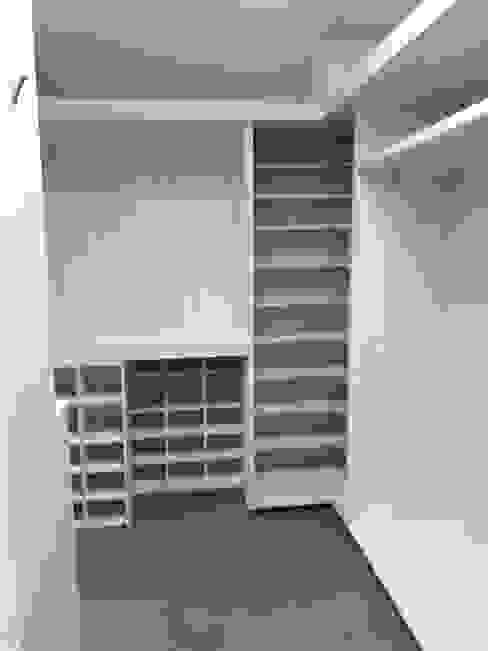 Vestidor principal Vestidores minimalistas de Forma Arquitectónica SA de CV Minimalista