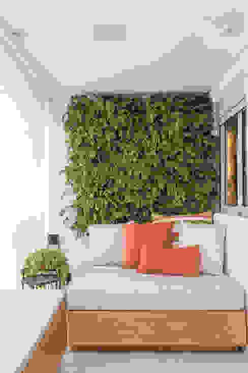 Apartamento moderno e cheio de personalidade para casal jovem Varandas, alpendres e terraços modernos por Studio Elã Moderno