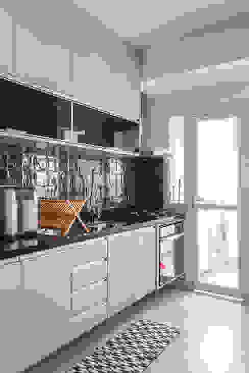 Apartamento moderno e cheio de personalidade para casal jovem Cozinhas modernas por Studio Elã Moderno