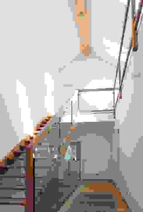 Treppe ins Dachgeschoss: modern  von archipur Architekten aus Wien,Modern Holz Holznachbildung