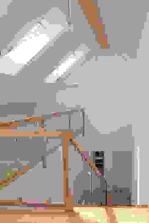 Dachraum mit Galerie: modern  von archipur Architekten aus Wien,Modern Holz Holznachbildung