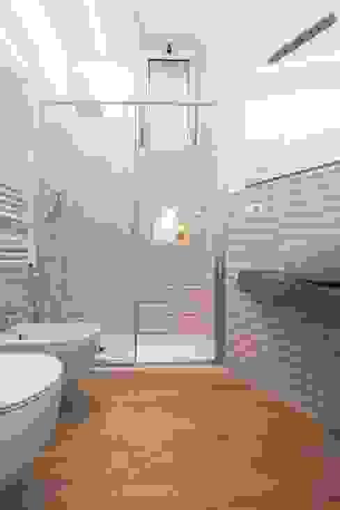 Bagno con doccia Bagno moderno di LM PROGETTI Moderno