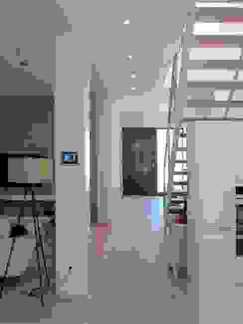 Erschließungsbereich Moderner Flur, Diele & Treppenhaus von archipur Architekten aus Wien Modern Ziegel