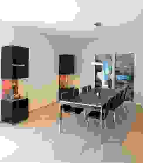 Esstisch und Vitrinen: modern  von archipur Architekten aus Wien,Modern Holz Holznachbildung