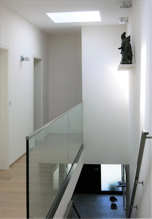 Erschließung im Obergeschoß Moderner Flur, Diele & Treppenhaus von archipur Architekten aus Wien Modern Ziegel