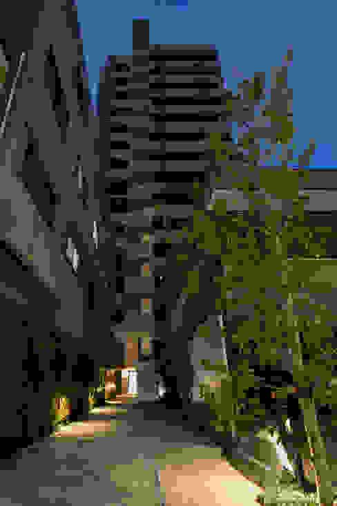 スカイツリーを望む浅草雷門の住まい モダンスタイルの 玄関&廊下&階段 の JWA,Jun Watanabe & Associates モダン 竹 緑