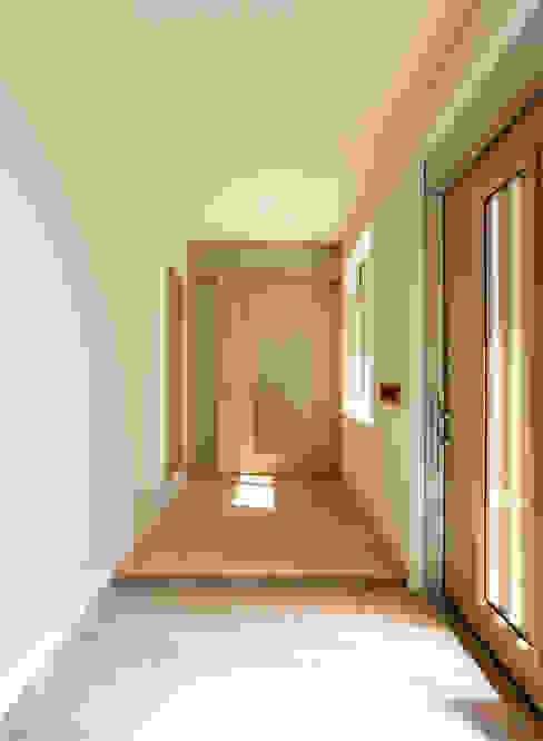 楽思居の家Ⅲ(終の棲家) 吉田設計+アトリエアジュール モダンスタイルの 玄関&廊下&階段
