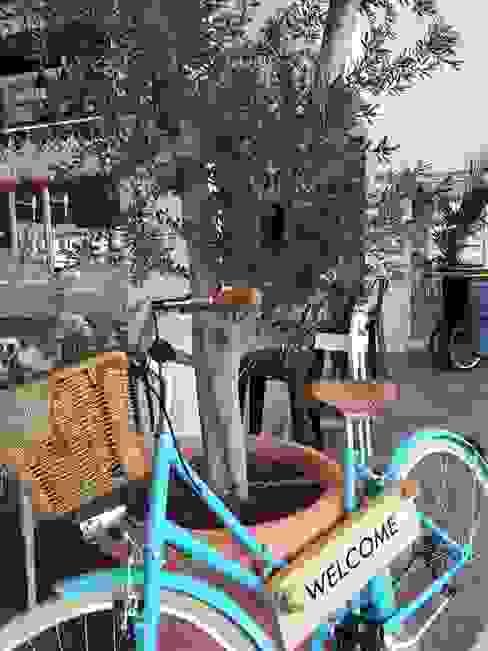 Bicicleta que da la bienvenida Gastronomía de estilo mediterráneo de A interiorismo by Maria Andes Mediterráneo Compuestos de madera y plástico