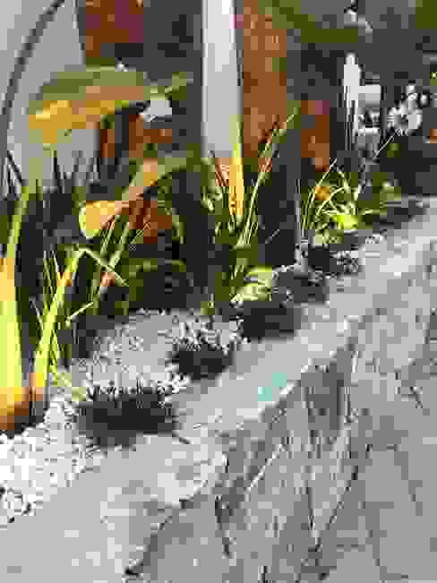 Jardineras y luz Bares y clubs de estilo tropical de A interiorismo by Maria Andes Tropical