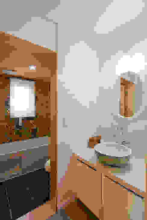 건식 세면대와 습식욕실의 분리하고 패턴 타일로 연출한 1층 화장실1 스칸디나비아 욕실 by 위드하임 북유럽