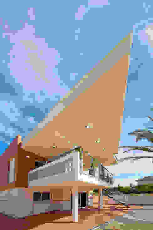 Fachada principal vivienda unifamiliar. Voladizo sobre terraza. Barreres del Mundo Architects. Arquitectos e interioristas en Valencia. Balcón Beige