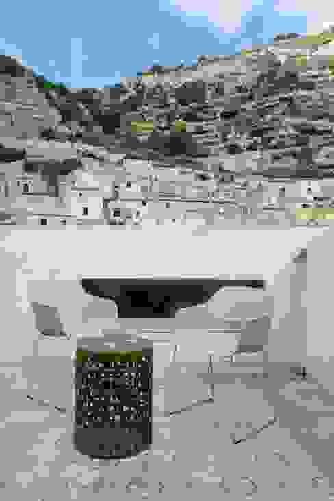 Terrasse Mediterraner Balkon, Veranda & Terrasse von CONSCIOUS DESIGN - INTERIORS Mediterran Fliesen