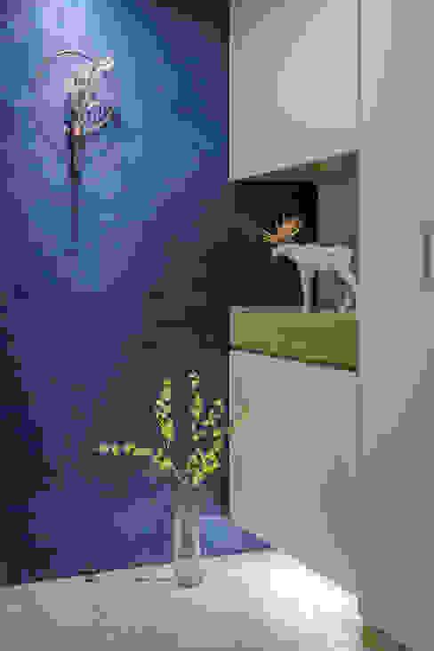 寬敞及舒適融入空間,實現兩人質感日常 斯堪的納維亞風格的走廊,走廊和樓梯 根據 青築制作 北歐風