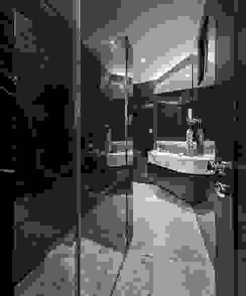 The Equatorial Modern bathroom by Summerhaus D'zign Modern