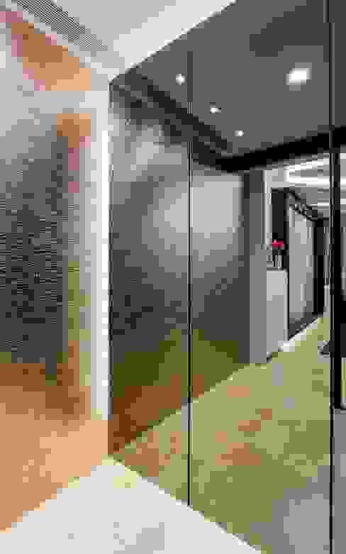 Corals At Keppel Bay Modern corridor, hallway & stairs by Summerhaus D'zign Modern