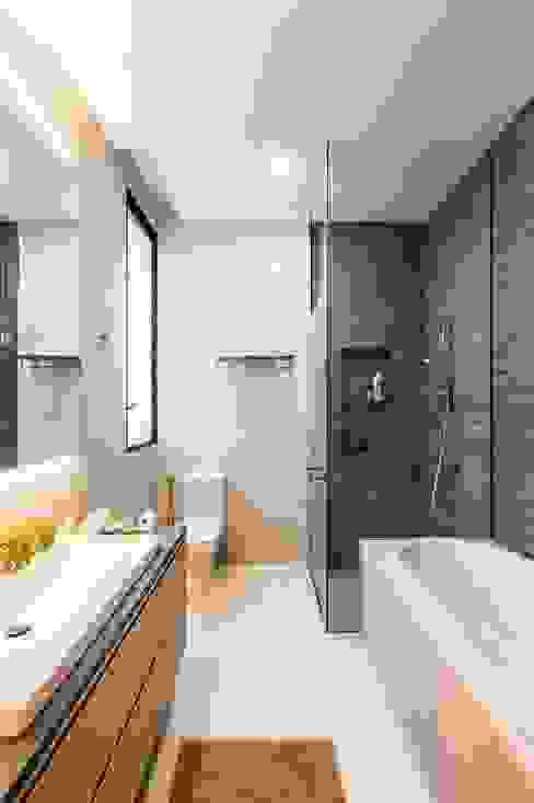Trevose Crescent Modern bathroom by Summerhaus D'zign Modern