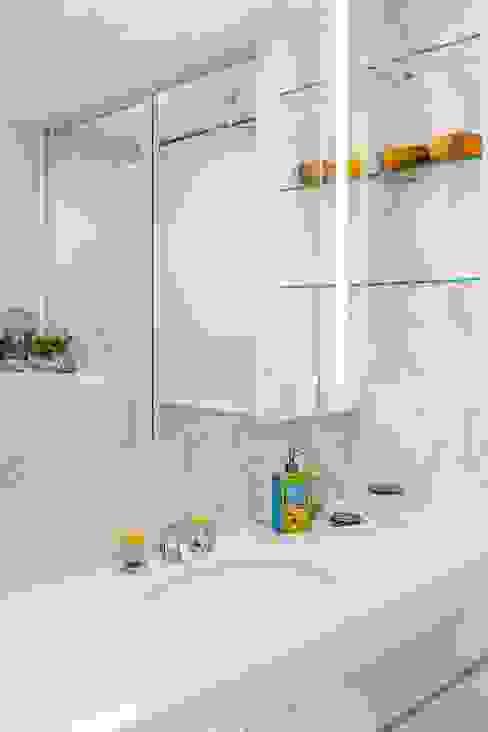 Tessarina Modern bathroom by Summerhaus D'zign Modern