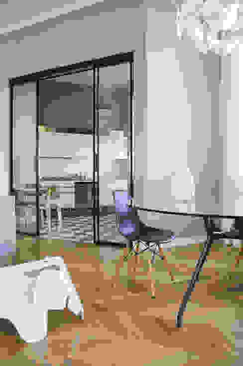 Soggiorno con cucina a vista Soggiorno moderno di Matteo Magnabosco Architetto Moderno