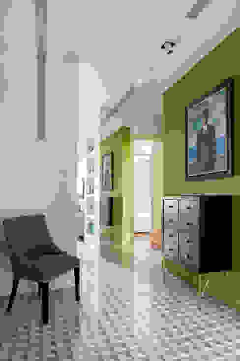 Прихожая Александра Дашкевич, ANDdesign Коридор, прихожая и лестница в эклектичном стиле Плитка Зеленый