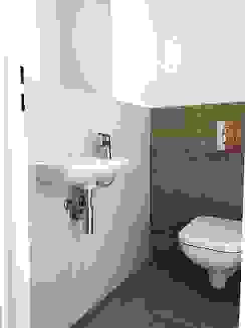 WC-Kabinen im Überblick : modern  von KHG Raumdesign - Innenarchitektin in Berlin und Umland, mgr. ing. Architektur Katharina Hajduk-Gast,Modern Keramik