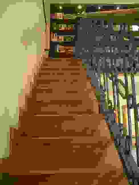 Escalera con piso de madera y barandal con forja de hierro de DIMARQ® espacios arquitectónicos Colonial