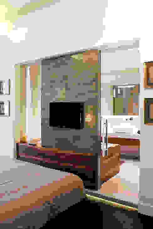 Camera padronale Onice Architetti Camera da letto eclettica Marmo Marrone