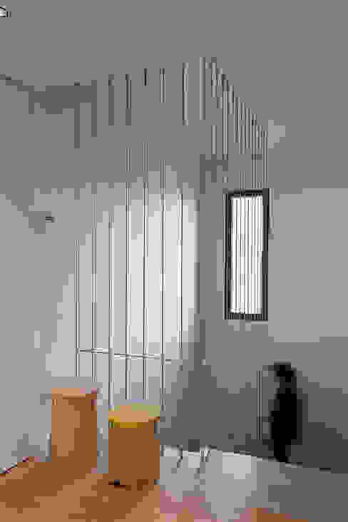 Escalera con tensores de acero sujetos de suelo a techo de MANUEL GARCÍA ASOCIADOS Moderno