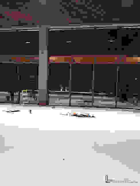 Proyecto Condado del valle ventanas térmico acústicas en color nogal de FENSELL Moderno Plástico