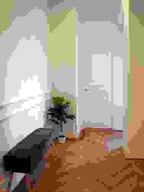 Reforma integral en Príncipe de Vergara Pasillos, vestíbulos y escaleras de estilo clásico de Reformmia Clásico