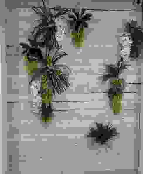 Revestimiento de madera con plantas REdesignbcn Bares y clubs de estilo rústico