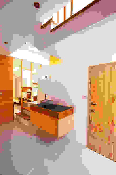 木耳生活藝術-建築設計暨室內設計/雲居蔚藍 木耳生活藝術 現代浴室設計點子、靈感&圖片 實木