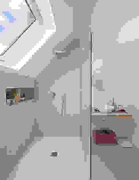 Proyecto personalizado de baño WINK GROUP Baños de estilo moderno Gris