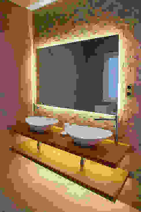 Baño WINK GROUP Baños de estilo moderno