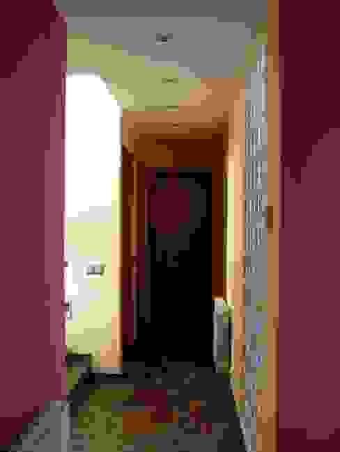 Casa Terra Brava, Tordera-España Pasillos, vestíbulos y escaleras de estilo moderno de MONAGHAN DESIGN SAS Moderno Concreto