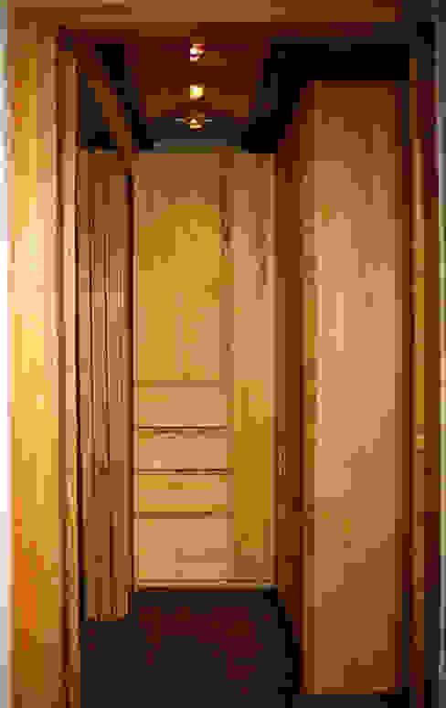 Detalle mueble armario/closet de madera. Habitaciones de estilo mediterráneo de MONAGHAN DESIGN SAS Mediterráneo Madera maciza Multicolor