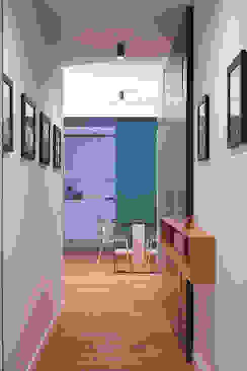 Ingresso studioSAL_14 Ingresso, Corridoio & Scale in stile moderno Legno Bianco