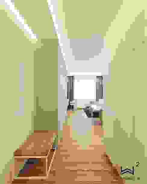 Korytarz w stylu klasycznym Klasyczny korytarz, przedpokój i schody od Wkwadrat Architekt Wnętrz Toruń Klasyczny Lite drewno Wielokolorowy