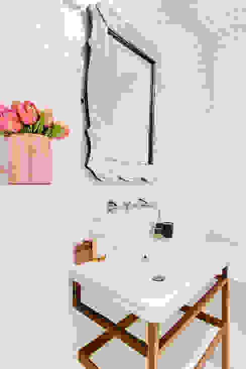 """Une salle de bains moderne, luxe et féminine habillée en mosaïque Bisazza, complétée par un miroir vintage italien, et l'applique """"L'Uccellino"""" de Ingo Maurer Salle de bain moderne par Alessandra Pisi / Pisi Design Architectes Moderne Argent/Or"""