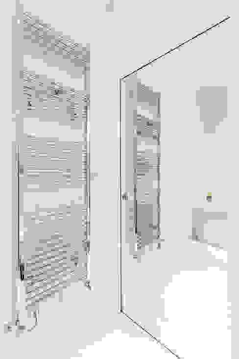 Une salle de bains moderne, luxe et féminine habillée en mosaïque Bisazza et aux détails chromés Salle de bain moderne par Alessandra Pisi / Pisi Design Architectes Moderne Argent/Or