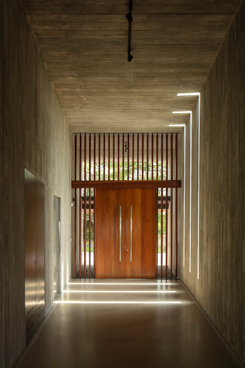 Entry tunnel Tropical corridor, hallway & stairs by MJ Kanny Architect Tropical