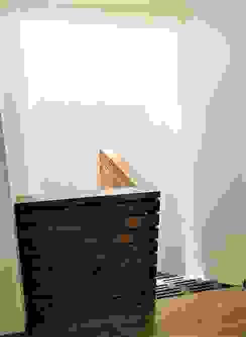 Escalera con Luz cenital de Martin Rojas Arquitectos Asoc. Moderno Madera Acabado en madera