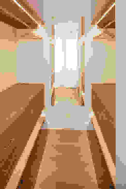 Vestidor dormitorio principal WINK GROUP Vestidores de estilo clásico Madera Blanco