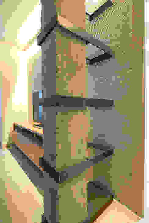 Diseño de estanteria con pilar de hormigon integrado Salones de estilo moderno de Antonio Calzado 'NEUTTRO' Diseño Interior Moderno Hormigón