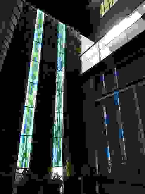Vitral en muro verde con luz de noche MKVidrio Balcones y terrazas de estilo moderno Vidrio Verde