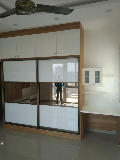 Sliding wardrobe with study table Modern style bedroom by TAPSHAM ARCHITECTS Modern