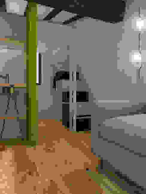 Sottotetto in montagna di ibedi laboratorio di architettura Moderno Legno Effetto legno