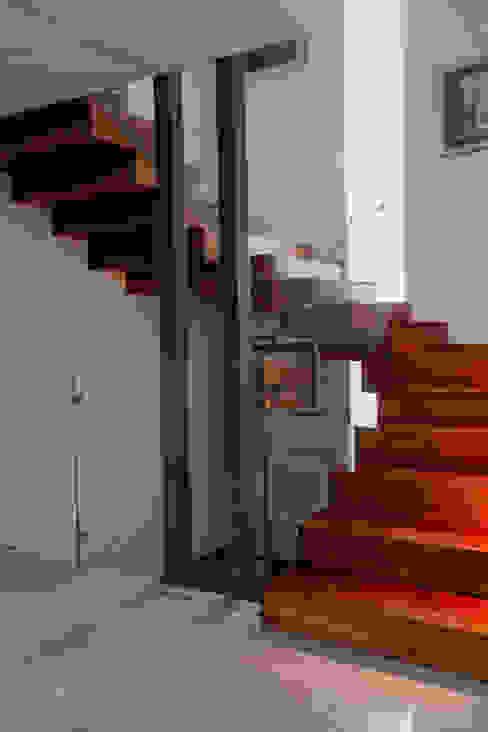 Escalera principal de GRUPO VOLTA Moderno Madera Acabado en madera