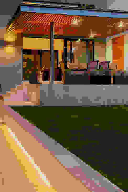 Vista desde jardín a terraza. Balcones y terrazas modernos de GRUPO VOLTA Moderno Mármol