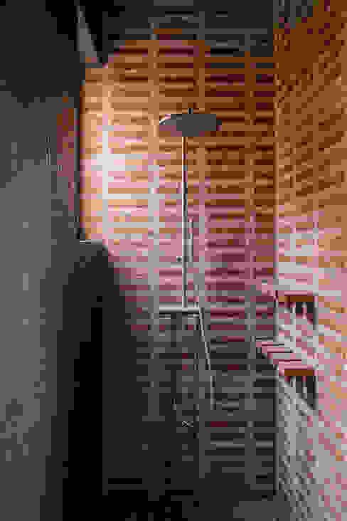 Ducha MALU DE MIGUEL Baños de estilo moderno Ladrillos Beige